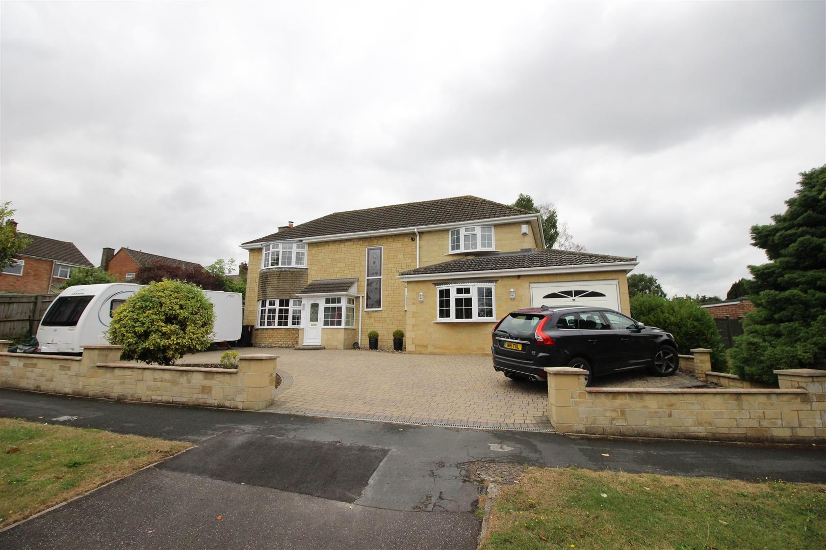 4 Bedrooms Detached House for sale in Sandringham Road, Lawn, Swindon